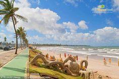 Praia de Jaguaribe tem mar agitado, com ótimas ondas, sendo point dos surfistas, inclusive sede de vários campeonatos. As areias e o calçadão atraem os moradores para finais de semana tranquilos, só aproveitando os petiscos a beira-mar.