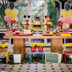 """529 Likes, 13 Comments - Kikids Party by Kiki Pupo (@kikidsparty) on Instagram: """"Festa Mickey fofíssima por @bialoureirofestas, adorei! ❤️ #kikidsparty #kikidsmickey #festamickey…"""""""