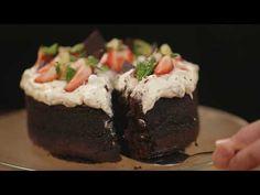 """Gluteeniton Marianne poke-kakku eli """"tökkäyskakku"""" on mitä sopivin herkku esimerkiksi koulujen päättäjäisiin tai ylioppilasjuhliin. Kakusta riittää 10-12 henkilölle. Finnish Recipes, Delicious Desserts, Yummy Food, Kids Menu, Gluten Free, Baking, Ethnic Recipes, Yum Yum, Eat"""
