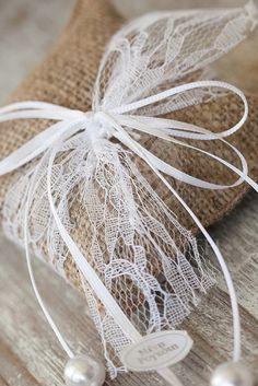Μπομπονιέρα γάμου μαξιλαράκι λινάτσας αρωματισμένο με λεβάντα