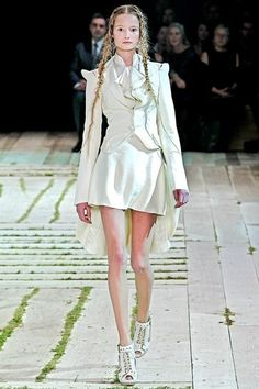SPRING 2011 READY-TO-WEARAlexander McQueenCOLLECTION