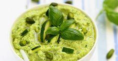 La recette du pesto de courgettes. Facile et très rapide, il est idéal avec des pâtes, en tartinade ou pour accompagner des viandes ou des poissons grillés.