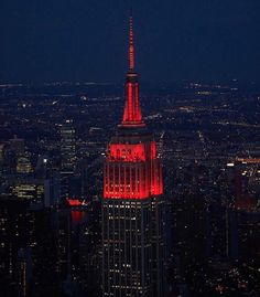 """6,489 Me gusta, 26 comentarios - Empire State Building (@empirestatebldg) en Instagram: """"We're supporting the travel industry in the United States tonight by shining in red for the…"""""""