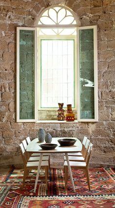 קולאז' של שטיחים צבעוניים בחלל נטרלי יוצרים נקודת מיקוד וצבע. פינת האוכל   צילום: בועז לביא Green Windows, Rustic Stone, Ethnic, Dining Room, Spirit, Interior Design, Space, Wall, Kitchen