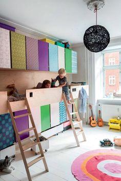 Crie uma mistura de armário com cama embutida. Assim você ganha nichos de sobra para guardar as roupinhas e outros itens do seu pequeno, além de liberar espaço para a bagunça no quarto.
