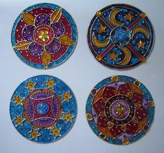 una serie de mándalas hechas en cd reciclados con pintura vitral,