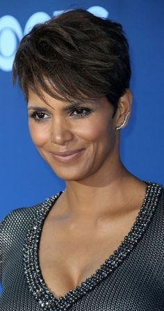 modele coiffure courte femme cheveux lisses afro coupe court Source by archzinefr Halle Berry Pixie, Halle Berry Haircut, Halle Berry Short Hair, Halle Berry Hairstyles, 2015 Hairstyles, Pixie Hairstyles, Short Hairstyles For Women, Straight Hairstyles, Stylish Short Haircuts