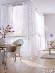 Biały salon, białe wnętrze, białe firanki, białe rolety rzymskie, biała kanapa - http://www.mkstudio.waw.pl/