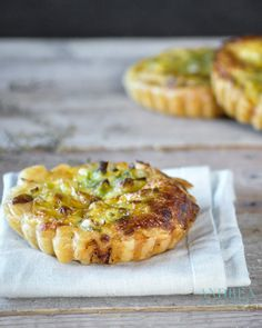 Quiche met makreel, prei en tijm - quiche with mackerel, leek and thyme - ! Grilled Cheese Recipes, Appetizer Recipes, Drink Recipes, Leek Quiche, Smoked Mackerel, Mini Quiches, Recipe Link, Yummy Snacks, Great Recipes
