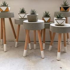 DIY For Make Some Unique Concrete Pots & Planters - DIY For Make Some Unique Concrete Pots & Planters - Las ideas más creativas para tu hogar que puedes realizar con concreto Terra Round Wooden Plant Stand Cement Table, Diy Concrete Planters, Diy Planters, Concrete Stool, Cement Pots, Planter Pots, Concrete Crafts, Concrete Projects, Concrete Furniture