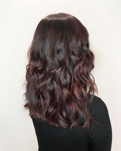 Wanna get updated on what the newest dark red hair looks are in right now? Click and find out how to work this voguish hue out especially for your hair type! Dark Auburn Hair, Dark Red Hair, Hair Color Auburn, Red Hair Color, Blue Hair, Red Highlights In Brown Hair, Red Hair Looks, Mahogany Hair, Barrel Curls