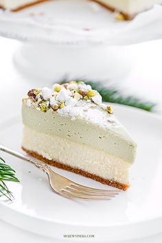 Cheesecake with pistachio mousse Raw Dessert Recipes, Indian Desserts, Raw Food Recipes, Just Desserts, Sweet Recipes, Delicious Desserts, Vegan Tarts, Mousse, Winter Desserts