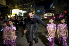 "La star et les petites danseuses. Australian actor Hugh Jackman (C) walks with young performers as he arrives at the ""Tai Hang Fire Dragon Dance"" event to celebrate the Mid-Autumn Festival during a trip to promote his latest film ""Pan"" in Hong Kong China September 28 2015. The annual ritual began about 100 years ago as a bid to keep away bad luck when Tai Hang a former fishing village suffered from a plague following a typhoon. REUTERS/Tyrone Siu by parismatch_magazine"