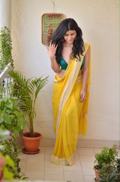 Chakori Ethnic - Home for Traditional Ethnic wear for Women Simple Sarees, Trendy Sarees, Stylish Sarees, Simple Saree Designs, Fancy Sarees, Saree Wearing Styles, Saree Styles, Indian Designer Outfits, Indian Outfits