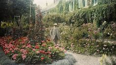 Anonymous. Claude Monet (at age 81) in front of his house at Giverny, 1921. Autochrome. Musée d'Orsay, Paris.