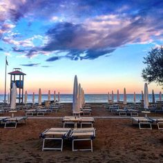 Friday chilling at the beach ending with a delicious dinner while the sun goes down so peaceful check the pink version of this pic here @a.pink.story #travel #instatravel #instago #travelling #tourism #instapassport #instatraveling #mytravelgram #travelgram #travelingram #igtravel #venezia #italy #igersveneto #caorle #igveneto #igvenezia #igitalia #igersitalia #wanderlust #sunset #nofilter #beach #skyporn #peaceofmind