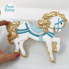 Sugar cookie horse decorated with royal icing Royal Icing Cakes, Sugar Cookie Royal Icing, Iced Sugar Cookies, Circus Cookies, Horse Cookies, Fancy Cookies, Cute Cookies, Horse Cupcake, Carousel Cake