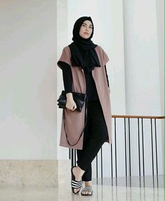 You don't have to give up on your Hijab to look fashionable. Get the modern Hijab street style look with these tips. Modest Fashion Hijab, Modern Hijab Fashion, Street Hijab Fashion, Hijab Style, Casual Hijab Outfit, Hijab Fashion Inspiration, Hijab Chic, Cardigan Outfits, Cardigan Fashion