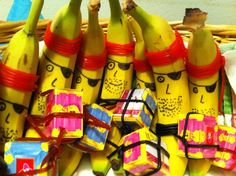 Pirate banana with candy treasure. School Birthday Snacks, Pirate Birthday, After School Snacks, Birthday Treats, Party Treats, Healthy Meals For Kids, Healthy Treats, Kids Meals, Funny Fruit