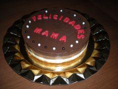 Tarta de tres chocolate, con las letras hechas en chocolate!