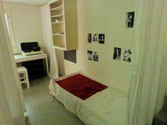 De slaapkamer van Piet Mondriaan in zijn Parijse atelier aan de Rue de Départ.  Anders dan van zijn woonkamer en atelier is uit overleveringen en bestaande foto's niet nauwkeurig bekend hoe de complete inrichting van zijn slaapkamer eruit zag. Uit betrouwbare bron weten we dat Mondriaan prentjes van blote danseresjes boven zijn bed had, maar eerlijk gezegd is het niet zeker dat het Josephine Baker betrof.