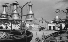 Bots de llum o gussis ocupen la platja. Torredembarra, ca. 1940. MMB
