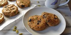 With these peanut butter breakfast cookies packed with wholesome ingredients like oats, dried fruit, and chia seeds, you reallycan eat dessertfirst!