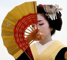 Umegiku geisha avec son eventail