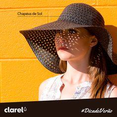 Os chapéus e os bonés são essenciais neste verão. Além de protegerem o rosto e o pescoço, cobrem também os cabelos e são um acessório ideal para um look de verão super trendy.
