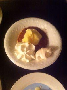 Zelfgemaakte wafels met zelfgemaakt vanille ijs met zelfgemaakte schuimpjes en een toefje slagroom