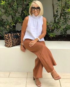 Sheer elegance with a casual twist!💫 Dark denim jeans and white Audrey Top worn together with a longline… Over 60 Fashion, Over 50 Womens Fashion, 50 Fashion, Fashion Outfits, Classy Outfits, Chic Outfits, Stylish Older Women, Mature Women Fashion, Mode Outfits