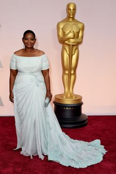 Octavia Spencer's timeless #redcarpet look was topped off by Lorraine Schwartz #platinum jewelry