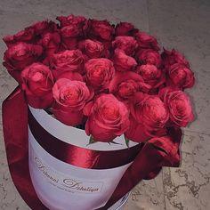 Beautiful bouquet of roses uploaded by goaldigr Beautiful Bouquet Of Flowers, Beautiful Flower Arrangements, Elegant Flowers, Amazing Flowers, Beautiful Roses, My Flower, Fresh Flowers, Flower Art, Floral Arrangements