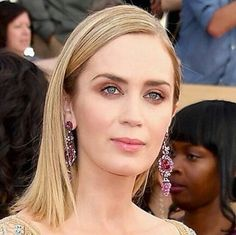 Emily Blunt with Lorraine Schwartz earrings made with rubíes pink sapphires and diamonds. Styled by Jessica Paster @highheelprncess for the SAGs 2017. __________  @Regrann from @emilybluntlove -  Purest beauty  By @jennstreicher & @streichersisters  #emilyblunt #SAGawards  #DeJoyaEnJoya #FromJewelToJewel #LorraineSchwartzJewelry #LorraineSchwartz #diamonds #rubies #PinkSapphires #earrings #LongEarrings #RedCarpet #SAGsJewelry #SAGs2017 #JessicaPaster