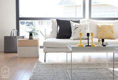 Vuoden 2013 keväällä Iittalan tuotevalikoima laajeni myös kodin pienhuonekaluihin ja sisustustuotteisiin: Leimu ja Lantern -valaisimiin, Vakka-säilytyslaatikoihin ja Meno-huopakasseihin. Tänä syksynä Iittala Interior kodin sisustussarja kasvaa entisestään, kun kauppoihin ilmestyvät Aitio ja Kerros -hyllyt sekä Kuukuna-valaisimet. Myös jo olemassa olevat tuotteet saavat uutta ilmettä, kun Leimu-valaisimesta tulee markkinoille kokonaan harmaa versio ja Nappula-kynttiläjaloista keltainen…