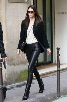 Kendall Jenner en legging en cuir Balenciaga, veste Chanel et bottines Céline à Paris en octobre 2015