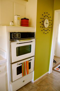 LA House Tour: Gregory's Palm Springs In the Suburbs Great ovens and check out the can opener - Vintage Walls, Vintage Decor, 1960s Furniture, Mid Century Modern Decor, Vintage Interiors, Retro Home, Palm Springs, House Tours, Apartment Therapy