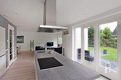 De keuken is een centraal punt met aangrenzend de woonruimte.