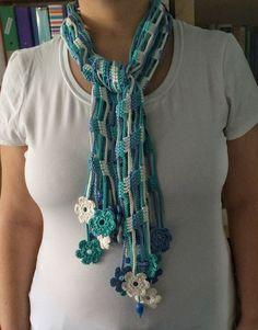 Esta bufanda de verano ligero y hermoso fue hecha en crochet con hilo de algodón. Los extremos están compuestos por motivos de flor de crochet bien bonitas y abalorios de cerámica azul. El efecto de tonos azules es brillantemente precioso. Material: 100% algodón hilo de rosca,