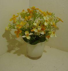 Mini arranjo em vaso branco leitoso,com mini margaridas em dois tons de cores. R$ 32,96