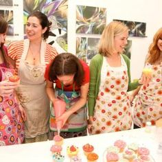 Hen Party Cupcake Decorating in London. Cupcake Decorating Classes are the ultimate way to celebrate your hen party weekend.  What could be more fun than drinking a glass of bubbly whilst decorating your own glittering, candy coloured cupcakes to take home and wow your friends and family.
