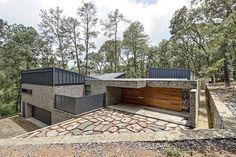 Casa A, que fue construida en la parte alta de la propiedad, mantiene una disposición más introvertida. Su planta muestra una ligera obl...
