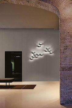 Vibia Fold - Die Leuchte Fold Surface bildet eine Serie verschiedener Varianten desselben Designs. Diese Wandleuchten-Kollektion basiert auf einem Design von Arik Levy für Vibia. Die wesentliche Charakteristik der Leuchte Fold Surface liegt in ihrer geometrischen Form, die für einen dreidimensionalen Effekt aus indirektem Licht und Schatten auf der Wand sorgt. Designs, Levis, Light And Shadow, Geometric Shapes, Living Room, Nice Asses