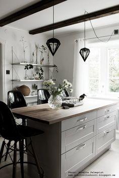 diy, styla en hylla, hyllor, inredning, stylingtips, dekorera, dekorering, gröna blad i flaskor, grönt från skogen, hth kök, köksö, svarta barstolar, tund vas, korp, svart och vitt, vitt kök, vita väggar,