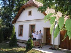Csupán 23 fok van a vályogházban, míg kint Old Cottage, Cottage Homes, Wood Doors, Traditional House, Trees To Plant, Countryside, Exterior, House Design, Rustic