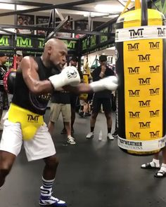 Floyd Mayweather 👑 in preparation for his comeback? Boxing Workout Routine, Boxing Training Workout, Boxer Workout, Mma Workout, Gym Workout Videos, Kickboxing Workout, Training Motivation, Boxing Workout With Bag, Women Boxing Workout