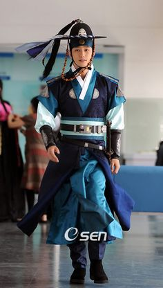 Park Shi Hoo  as Ja Dol on Iljimae. I think this traditional clothing looks royal and elegant, ahhh but what do I say about his attire? I want to say pretty or beautiful but is that okay? Or is it better to say he looks handsome? Never mind I got it! He looks pretty handsome:)