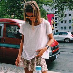 Look verão com t-shirt e saia estampada.