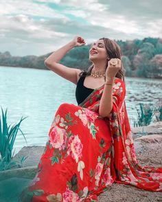 New bridal lehenga saree floral prints Ideas Indian Designer Outfits, Designer Dresses, Saree Photoshoot, Bridal Photoshoot, Photoshoot Fashion, Saree Floral, Saree Poses, Saree Wearing, Stylish Blouse Design