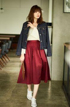 秋に向け新作が続々登場する中、秋のユニクロ商品の中でも注目を集めているのがスカートのラインナップ。「ユニクロの今季のスカートは、この秋のトレンドでもある、女性らしくてほんのりとクラシカルなムードが感じられるものが充実。ドラマティックで、旬度の高い仕上がりになっています。デザインもですが、厳選された素材やカラーにも注目です」と話すのは、Today's Pick Upでも活躍する大人気スタイリストの上...